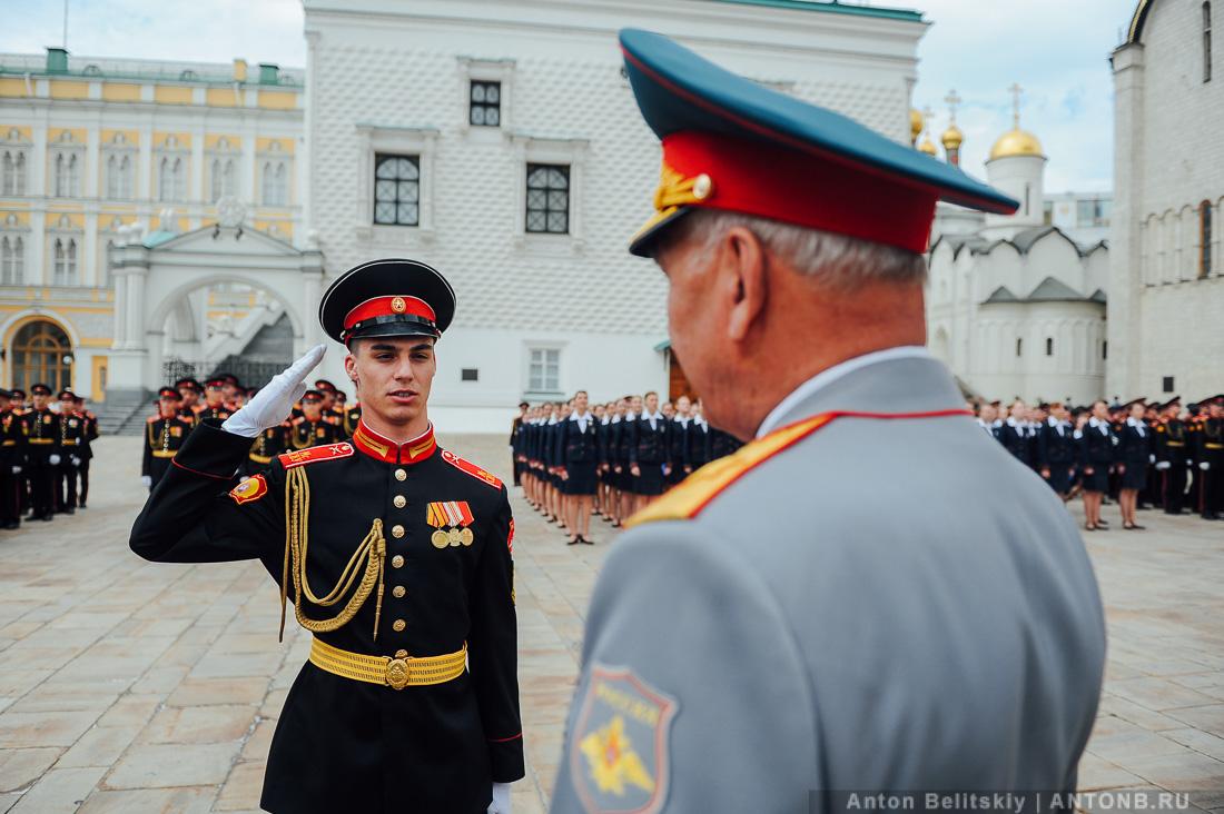 Выпускникам военных училищ вручили дипломы